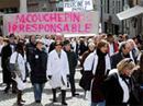 Rund 2000 Ärztinnen und Ärzte demonstrieren in Lausanne gegen die geplante Senkung der Labortarife.
