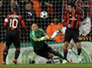 Milans Torhüter Christian Abbiati riskiert Kopf und Kragen und verhindert so einen Gegentreffer.
