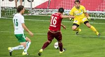Costanzo (Vaduz) gegen St. Gallen Goalie Daniel Lopar.