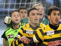 Luzerns Torhüter David Zibung (2vL) gegen YB's Torhüter Marco Wölfli.