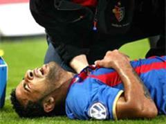 Carlitos liegt verletzt am Boden.