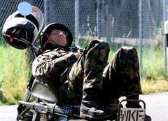 Soldat nimmt im WK eine Ruhepause.