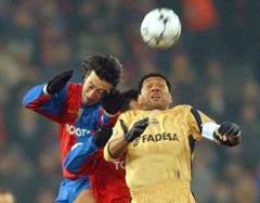Deportivos Donato gegen Basels Murat Yakin im Zweikampf.