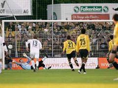 Dos Santos verwandelte den Penalty gegen Johnny Leoni.