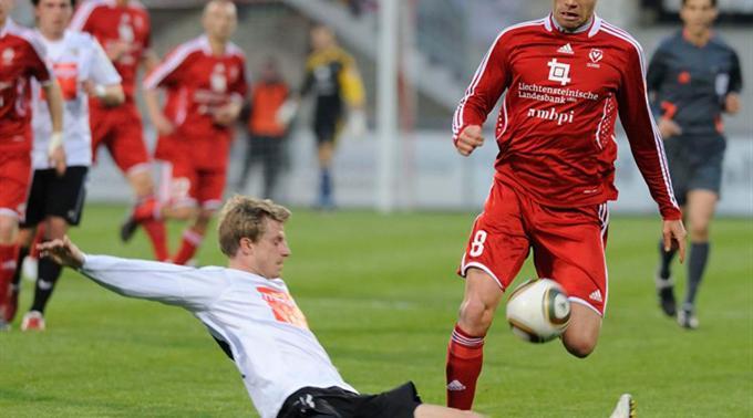 Thuns Nicolas Schindelholz gegen den Vaduzer Marco Colocci.