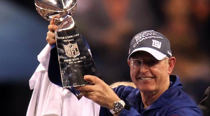 New York Giants Cheftrainer Tom Coughlin mit der Vince Lombardi Trophäe.