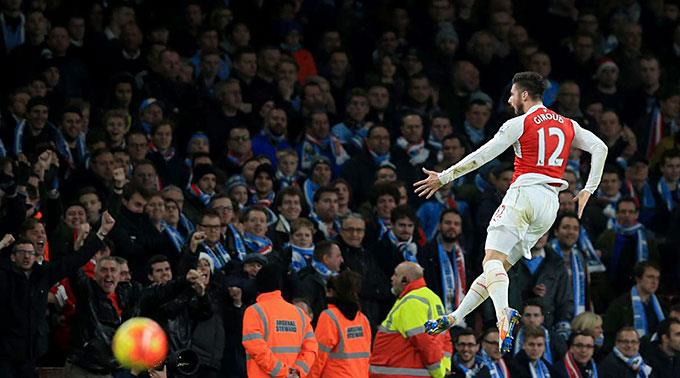 Arsenals Olivier Giroud feiert vor den ManCity-Fans sein Tor zum 2:0.