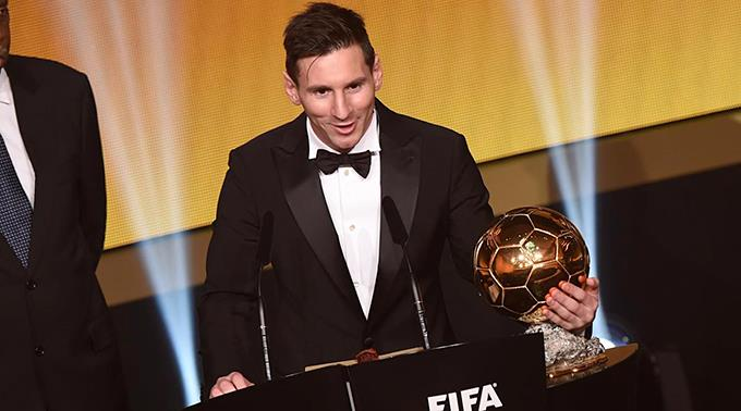 Lionel Messi mit dem FIFA Ballon d`Or 2015.